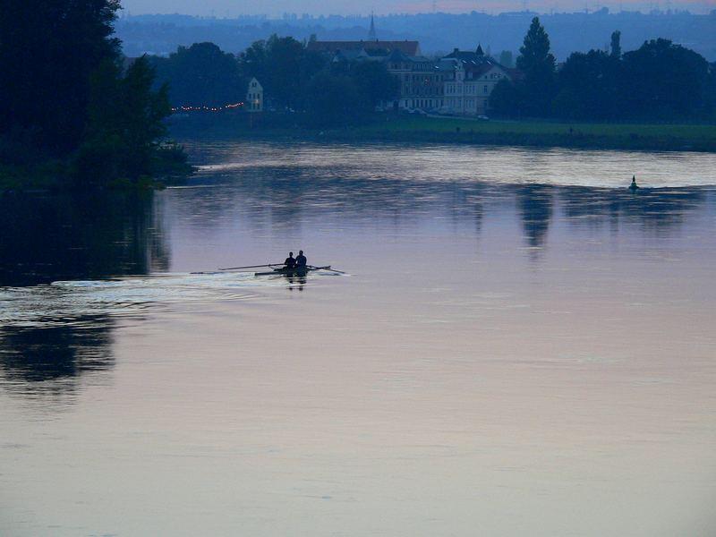 Einsame Ruderer auf der Elbe nach Sonnenuntergang