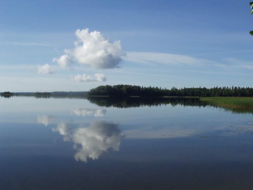 Einsame Wolke über See in Finnland