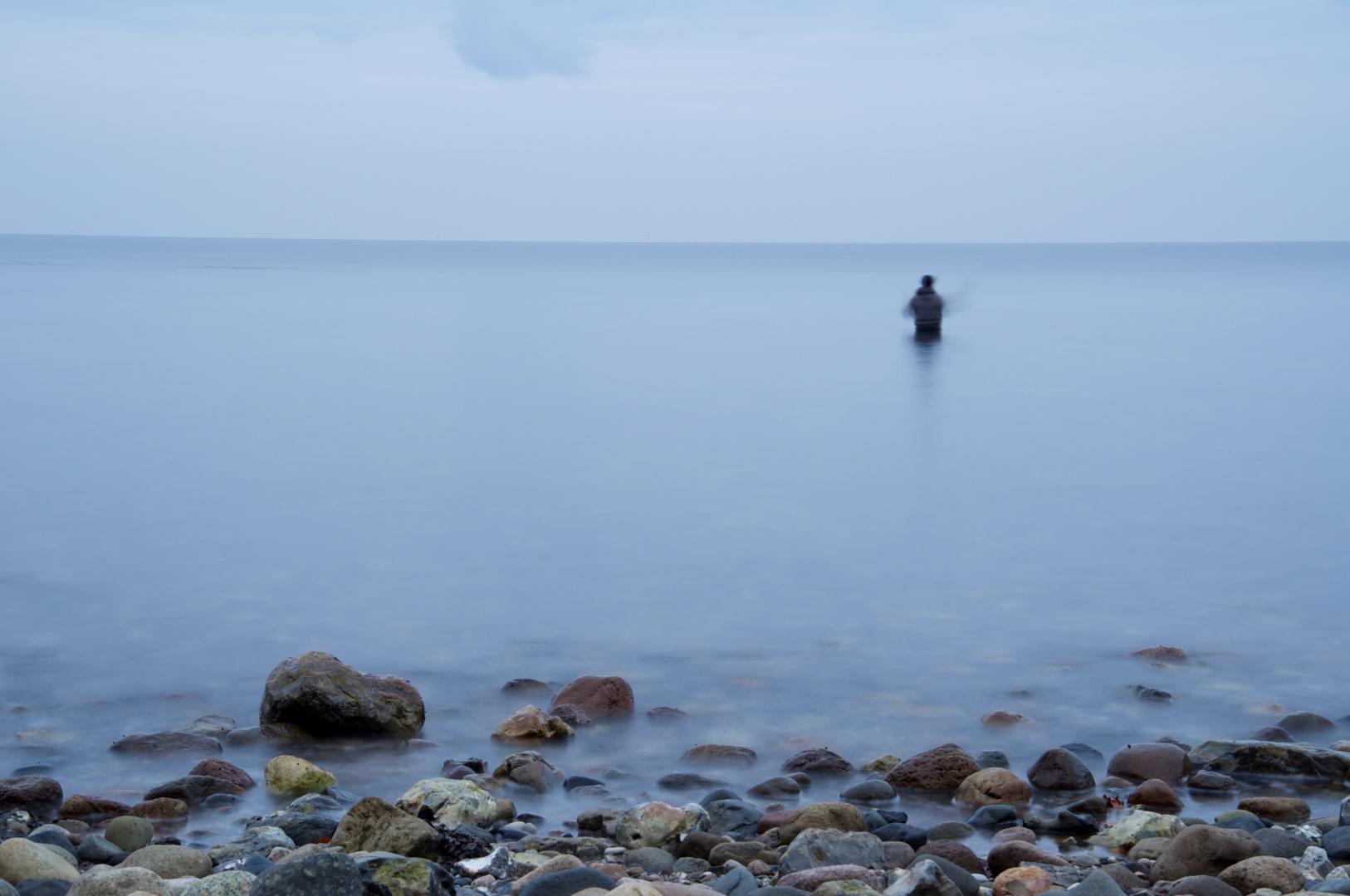 einsamer Angler am Meer