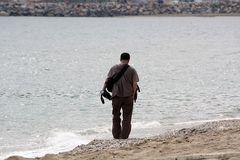Einsamer Fotograf am Strand von Alanya, Türkei