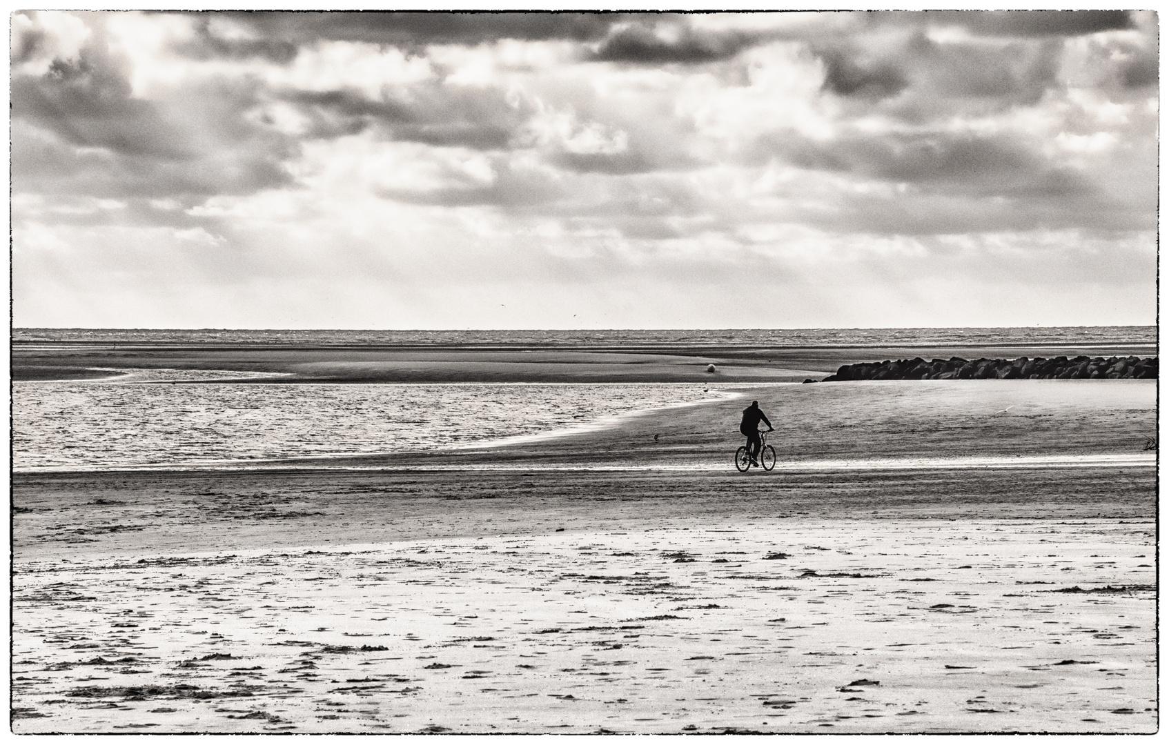 Einsamer Moutainbiker am Strand - Vététiste solitaire sur la plage