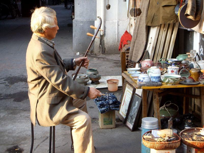 Einsamer Musiker mit traditionellem Instrument