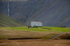 einsames Haus am Berg