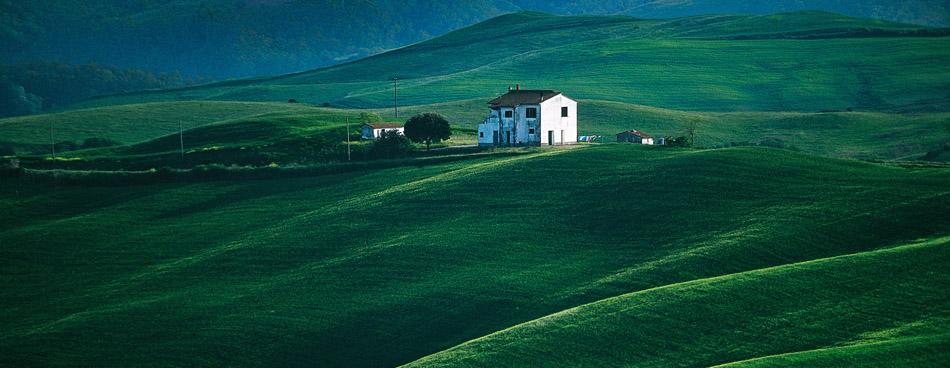 einsames Haus auf schönen runden Hügeln