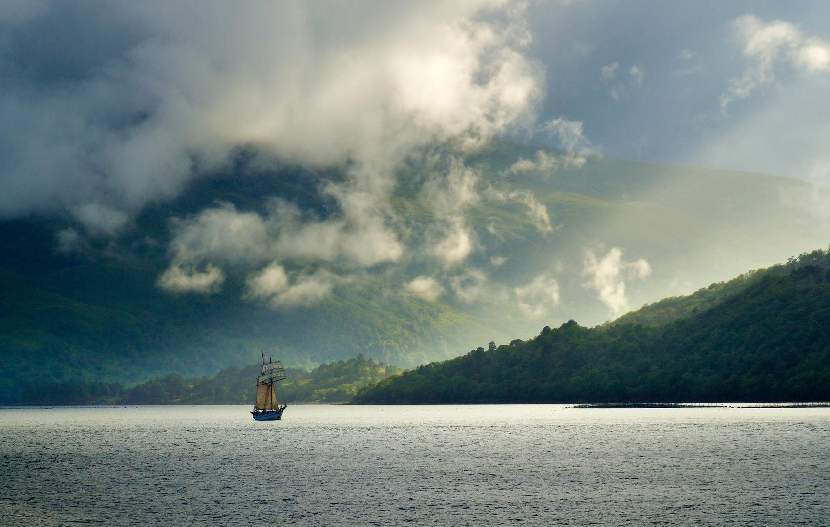 Einsames Segelschiff in Schottland