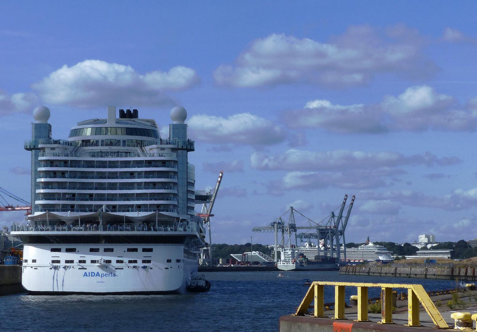Einziger Cruise-Day  Schnappschuss! Der Rest d. Hafens war mir zu voll:-(......