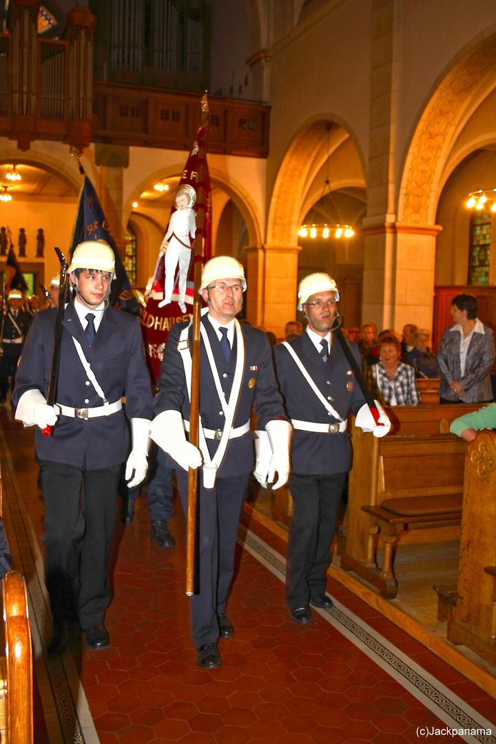 Einzug in die Pfarrkirche zum 125-jährigen Jubiläum der Freiwilligen Feuerwehr Kirchhellen