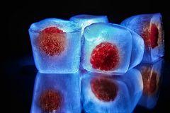 Eis mit heißen Himbereeren ;-)