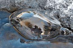 Eis, Wasser, Luft (4): Die Luftblase hat meinen Besuch bemerkt! - Me voici dans le ruisseau!