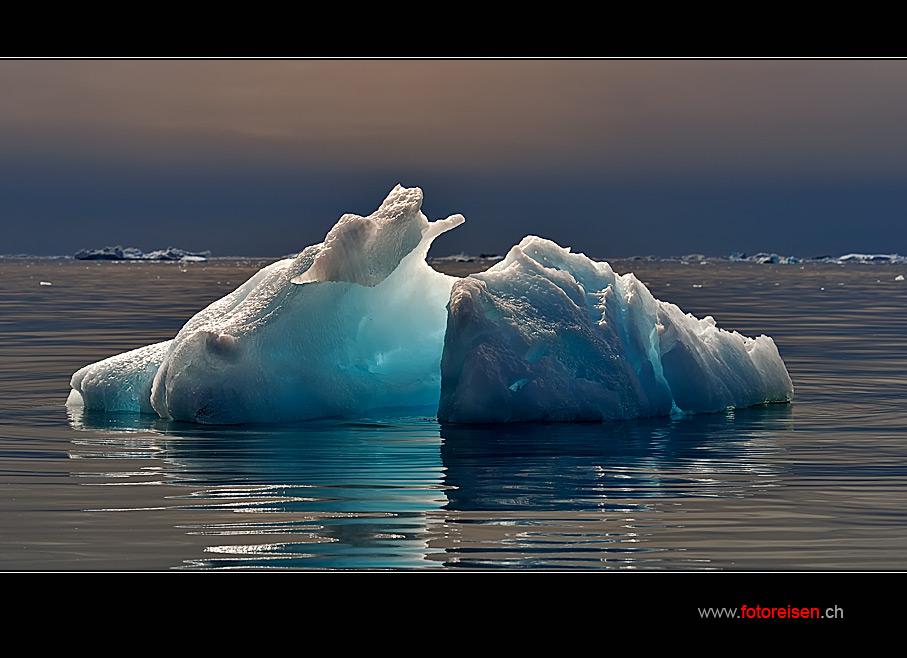 Eisberg im späten Abendlicht