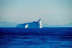 Eisberg taucht aus dem Morgennebel auf