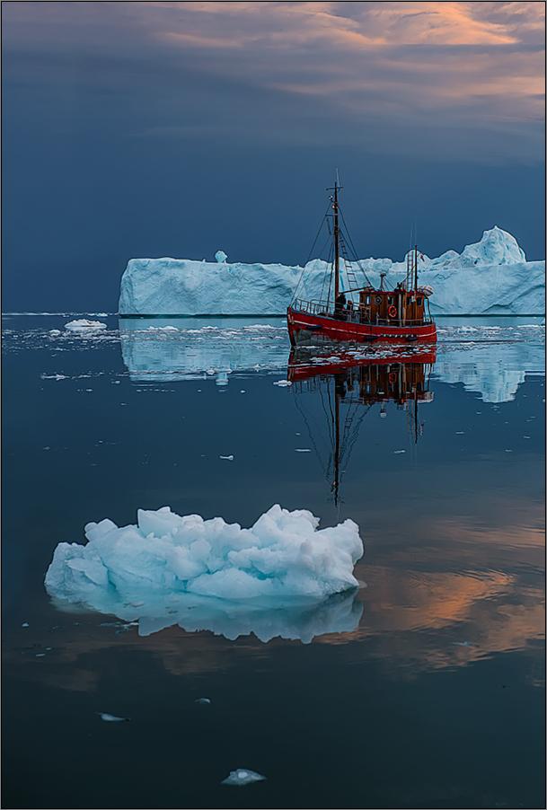 eisberge und ein roter kutter