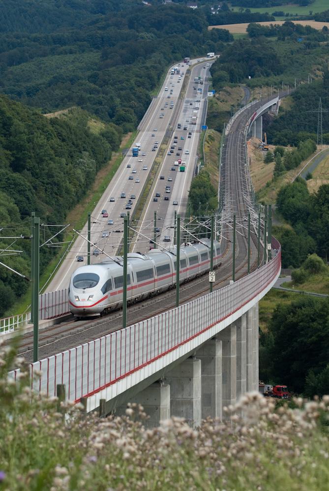 Eisenbahn und Autobahn