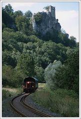 Eisenbahn vor der Burgruine Neideck