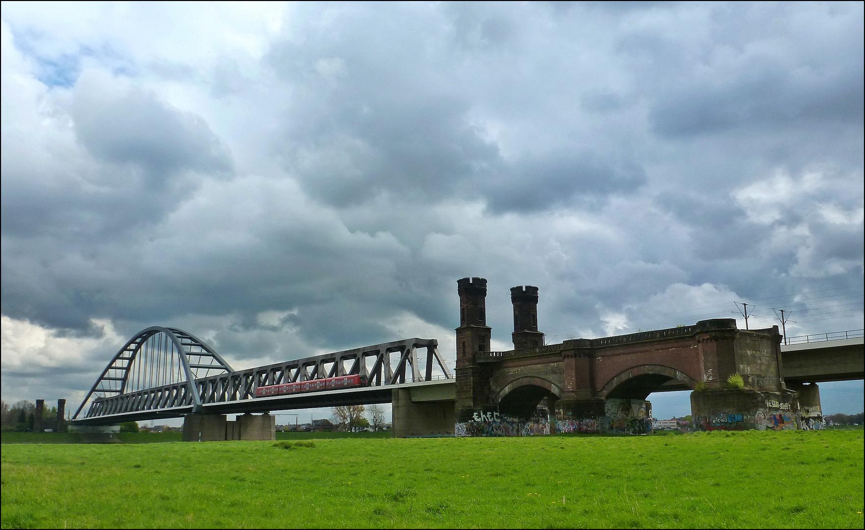 Eisenbahnbrücke mit Ruine ihrer Vorgängerin