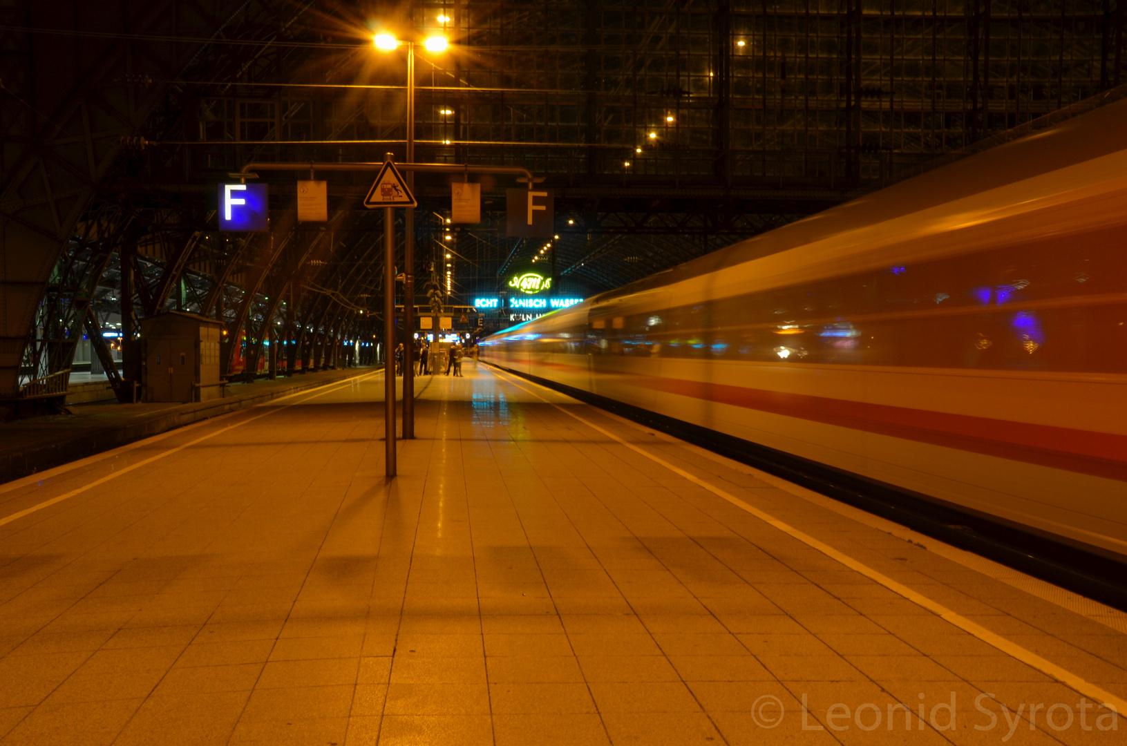 Eisenbahnverkehr am Kölner Hauptbahnhof abends