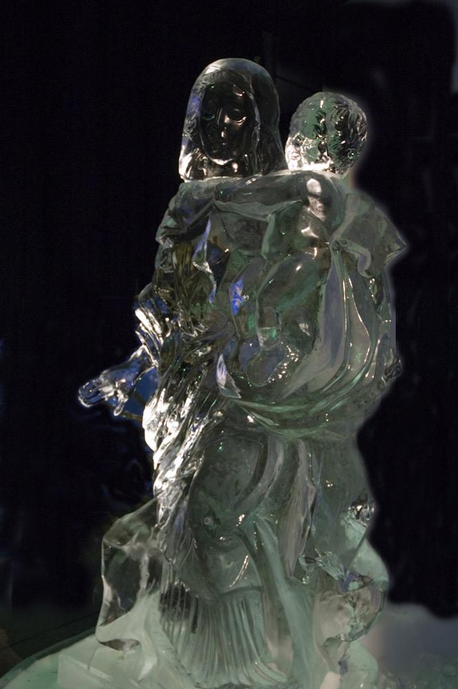 Eisfigur - Madonna mit dem Kind