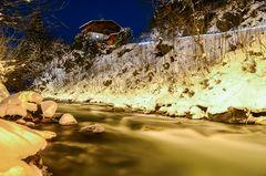 Eisiger Bergfluss im winterlichen Großarl (Österreich)