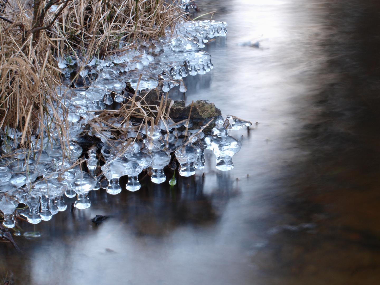 Eiskugeln am Wasser