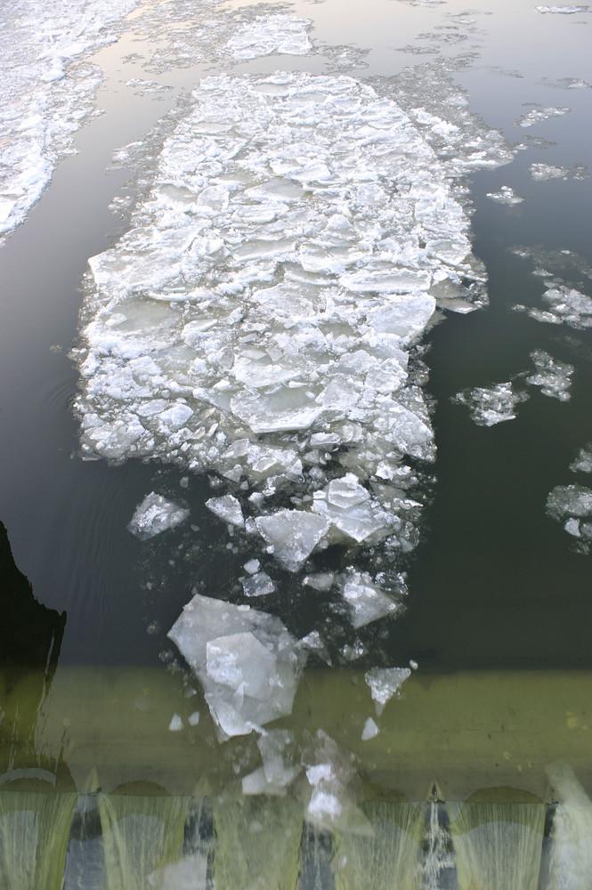 Eisschollen stürzen das Wehr in Koblenz hinab