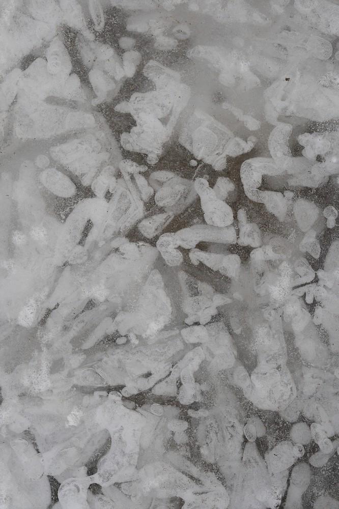 Eisstrukturen auf einem See