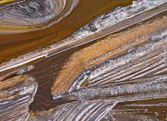 Eisstrukturen in einem Brunnentrog aus Holz. - C'est une fontaine en bois gelée!