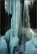 Eiswasserfall im Streiflicht