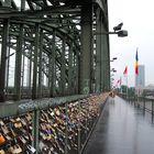 El amor es como un candado sobre un puente al lado de las vías del tren