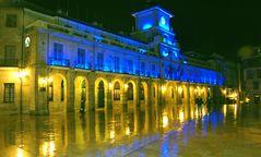 El Ayuntamiento de Oviedo de noche