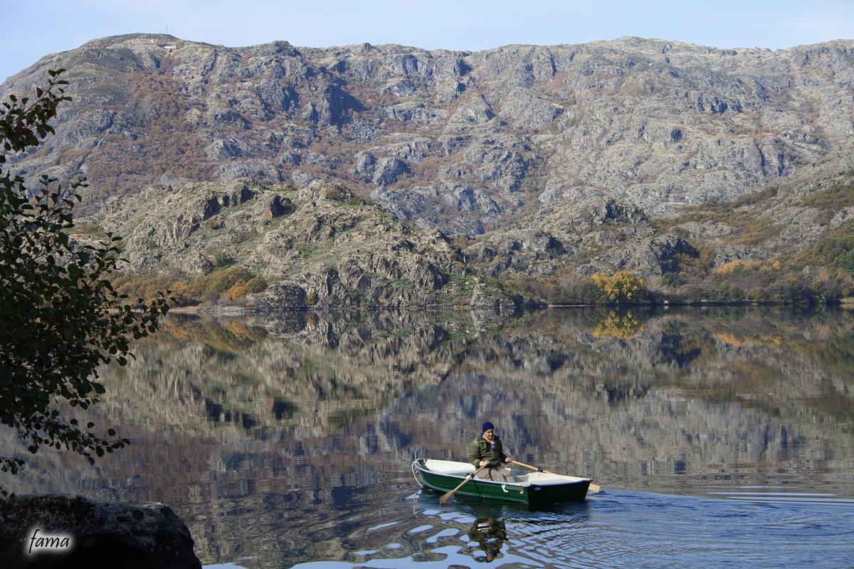 El barquero rema en el espejo