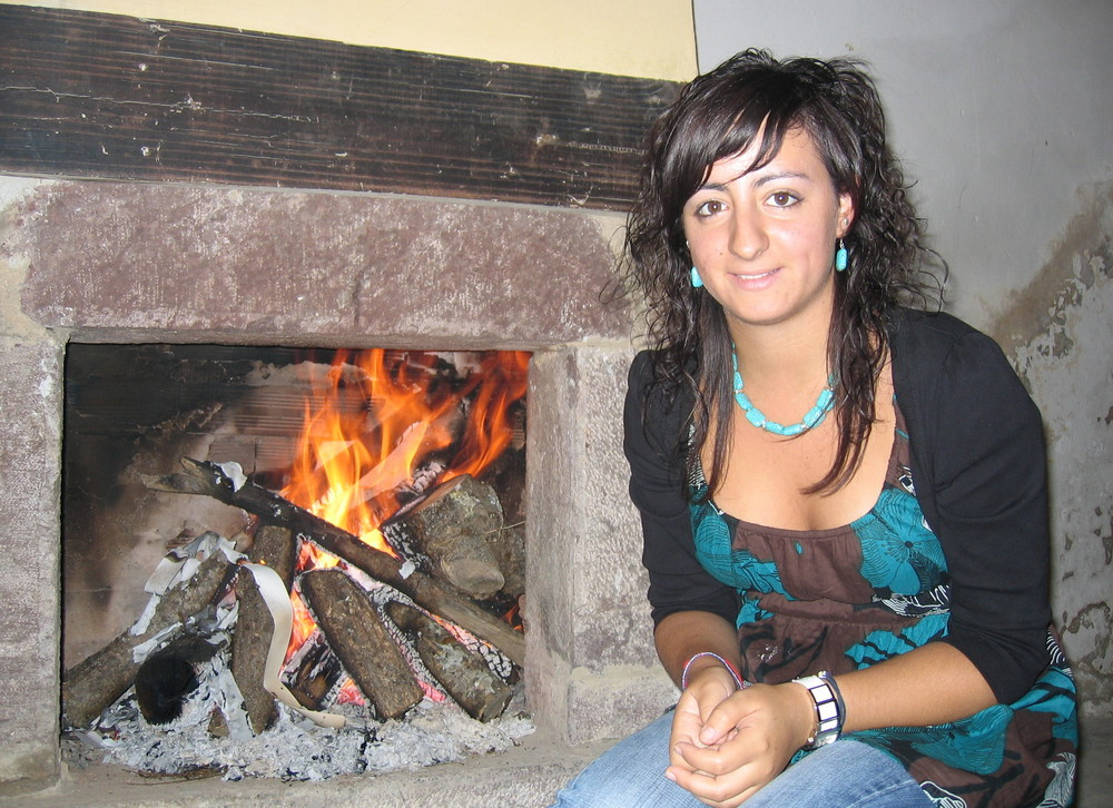 El fuego da calor a la foto.