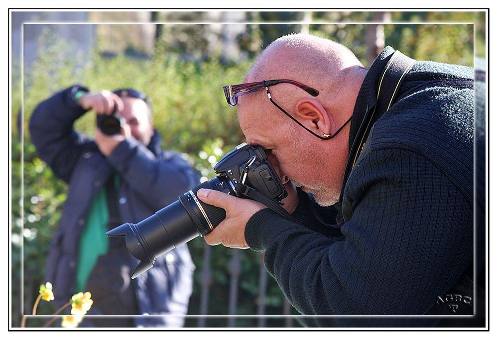 El Gran Floren fotografiando una dalia y el Gran Jorge fotografiandonos a los dos MiniKM3.5