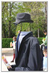 El hombre invisible de El Retiro (Madrid) paseando