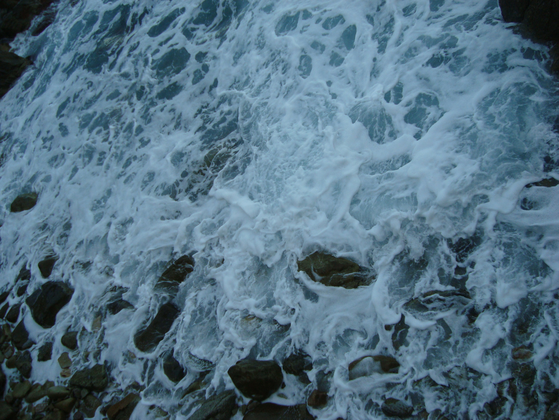 El juego del mar en las piedras