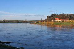 Elbaufwärts beil Diesbar Seußlitz mit 2 Metern über Normal