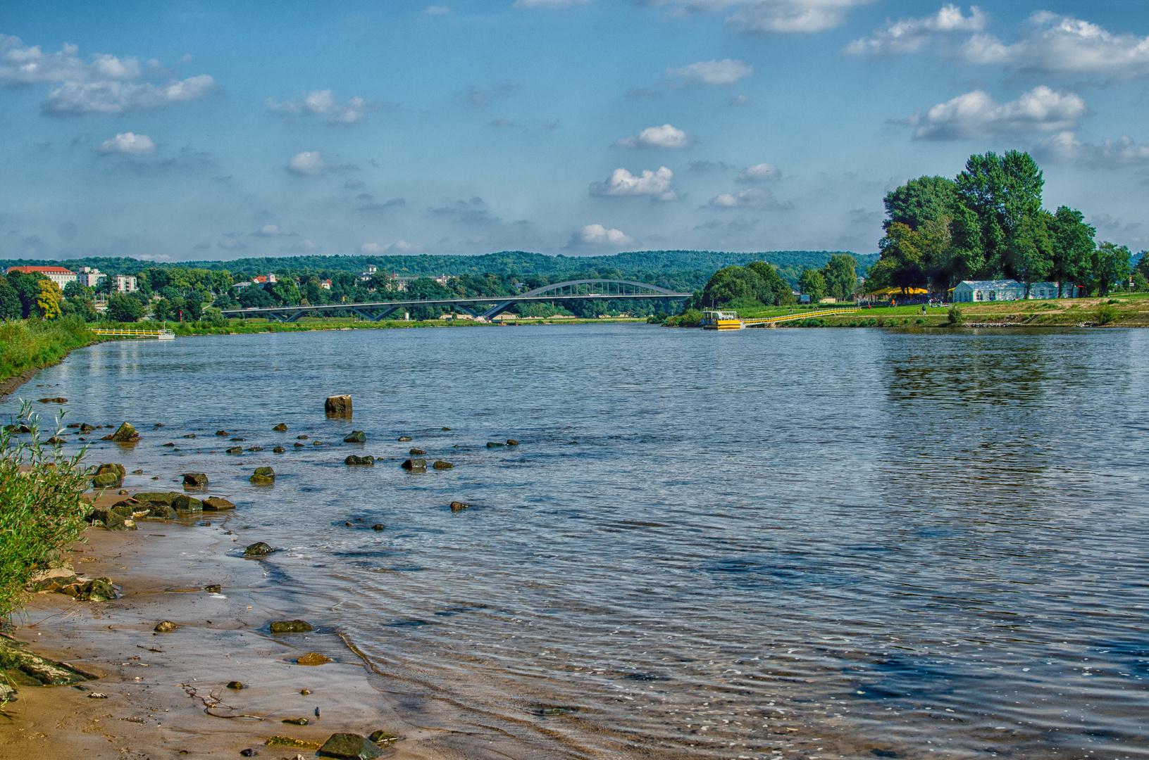 Elbe in Richtung Waldschlößchenbrücke
