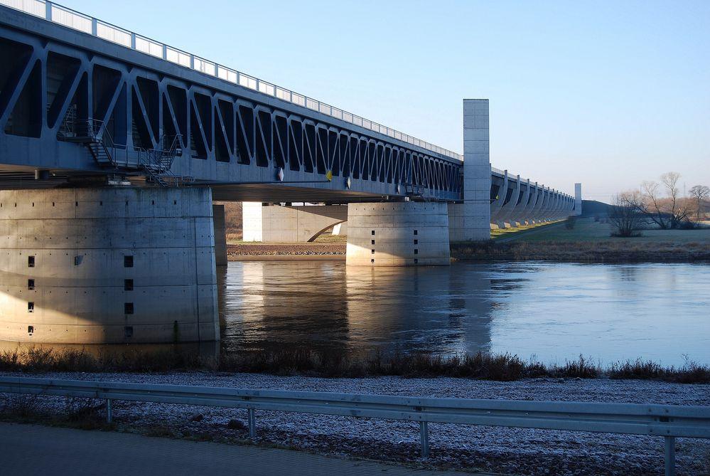 Elbe unter der Trogbrücke