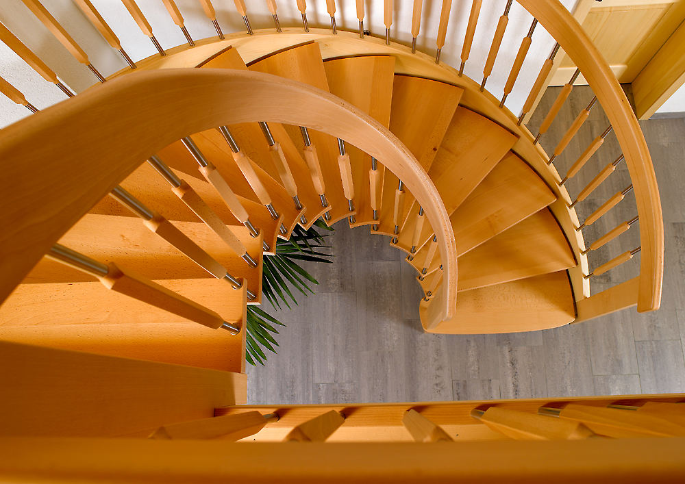 Elegante Holztreppe in umgebautem Bauernhaus