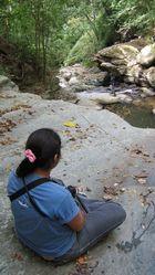 Ella mirando el rio