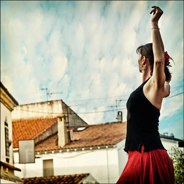 . elle danse .