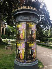 ELTON JOHN? AUFLÖSUNG  Wiesbaden! Singt Elton John ?? Konzert geplant HEUTE -Story und Fragen