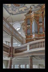 Empore mit seitlicher Orgel