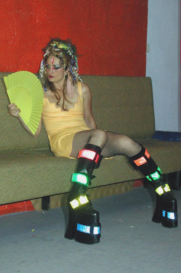 En coulisse d'un spectacle (performance draaqueen). 2001