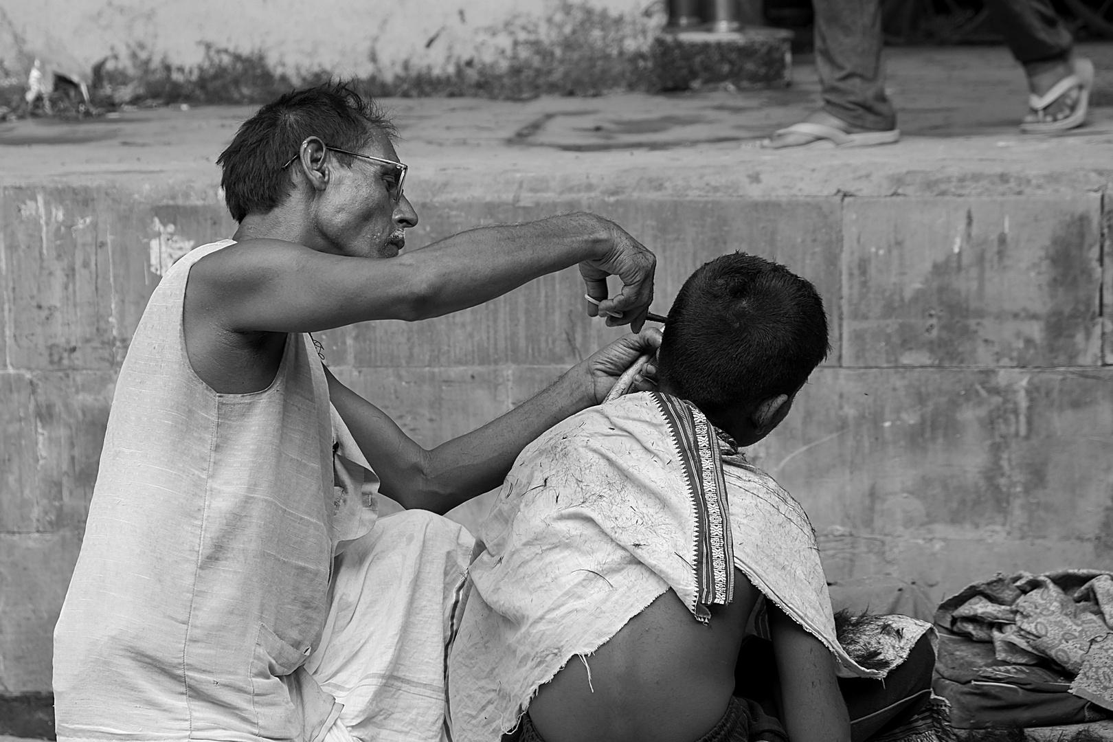 En la peluqueria.....Camino a Varanasi.