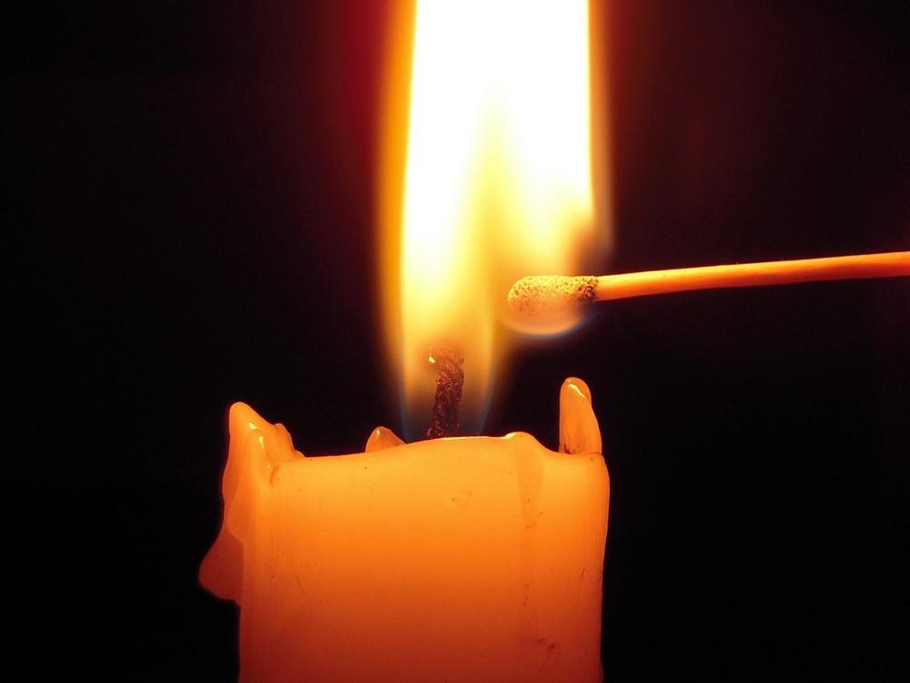 encendiendo la vela Imagen & Foto | elementos , naturaleza Fotos de fotocommunity