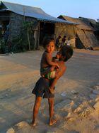 Enfants dans le soleil couchant