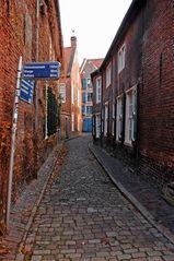Enge Gasse in der historischen Altstadt von Leer (Ostfriesland)