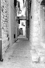 enge Gassen sind in den Altstädten am Gardasee üblich