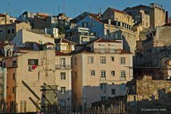 Enge Häuser mit Licht der untergehenden Sonne Lissabons