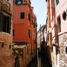 Enge Wasserstrasse in Venedig